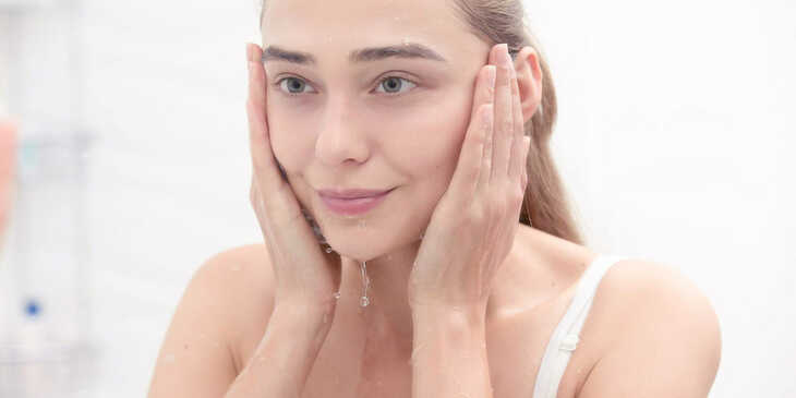 Qual a diferença entre 'demaquilar', 'lavar' e 'tonificar' a pele?